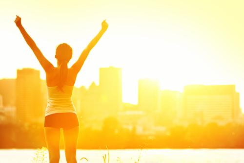 Загорать рекомендуется рано утром или вечером, когда солнечные лучи не столь агрессивны